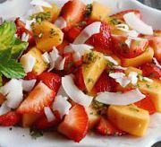 Фруктовый салат из клубники и дыни