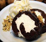 Шоколадный рулет с грецкими орехами и кремом